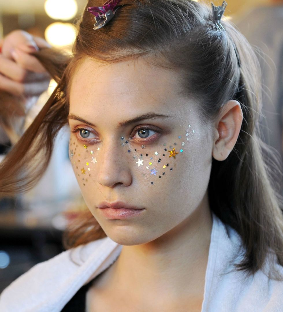 gallery-1432238354-a-detacher-model-glitter-face-makeup