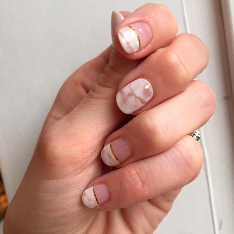 sara-rostrup-marble-nails