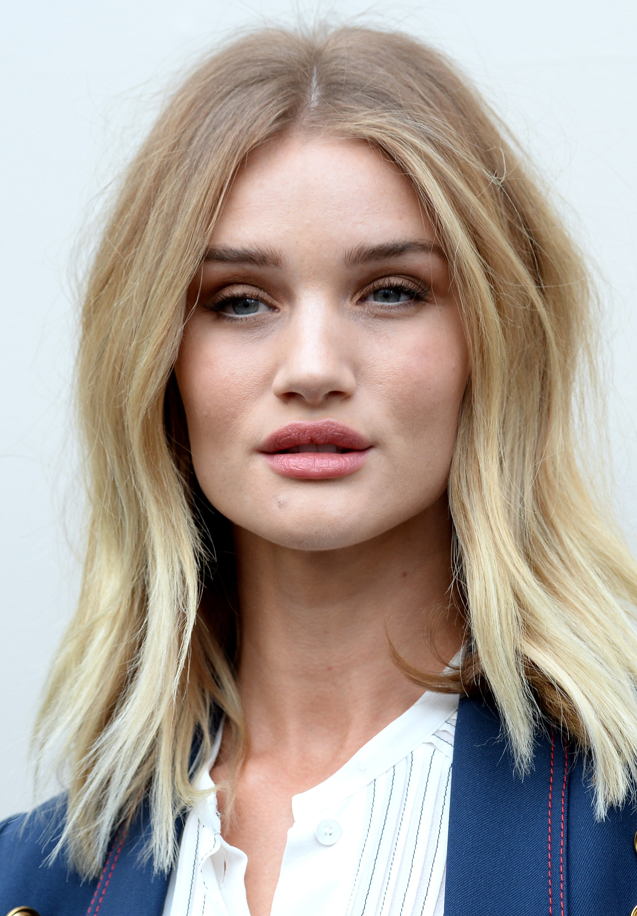 Rosie-Huntington-Whiteley-Burberry-AutumnWinter-2016